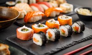 筷子与做好的日式料理摄影高清图片