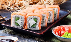 搭配芥末等蘸料的寿司摄影高清图片