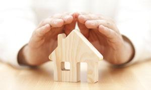 双手呵护下的房子模型创意高清图片