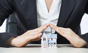 手势下的房子模型特写摄影高清图片