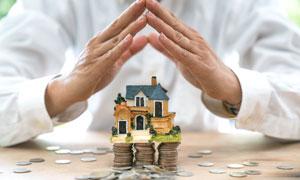 手势下的硬币房子模型摄影高清图片