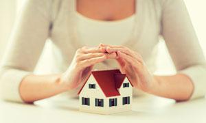 被双手呵护的房子模型创意高清图片