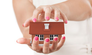 放在掌心上的房子模型摄影高清图片