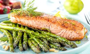 煎烤的芦笋与鱼块特写摄影高清图片