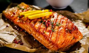 煎好了的美味鱼块特写摄影高清图片