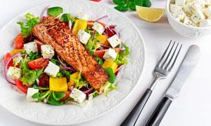 黑椒鱼块沙拉与摆好的刀叉高清图片