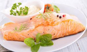摆在盘子里的一块鱼肉摄影高清图片