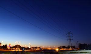 星空下的高压线和城市夜景摄影图片