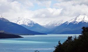 雪山脚下美丽的湖泊摄影图片