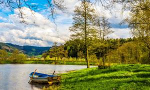 山中湖边停泊的小舟摄影图片