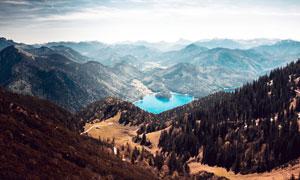 大山之中的美丽湖泊摄影图片