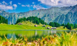 大山下的河流和绿色山林摄影图片
