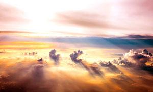 光芒四射下的云层尽管摄影图片