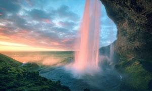 山洞中流下的瀑布景观摄影图片