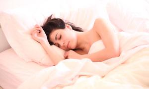 側著身在床上熟睡的美女攝影圖片