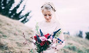 手捧着花束的婚纱美女摄影图片