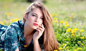 趴在菊花從中的長發美女攝影圖片