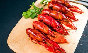 切菜板上摆放的小龙虾摄影图片