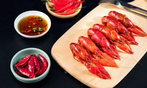 清蒸小龙虾和蘸料美食摄影图片