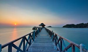 夕阳下的海边栈桥美景摄影图片