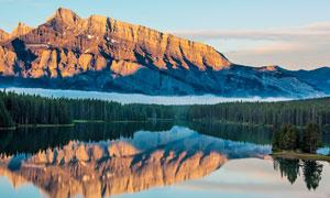 山间美丽的湖泊倒影高清摄影图片