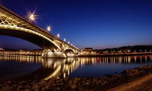 河上桥梁和河边城市夜景摄影图片