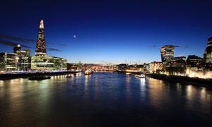 城市中的河流和建筑夜景摄影图片