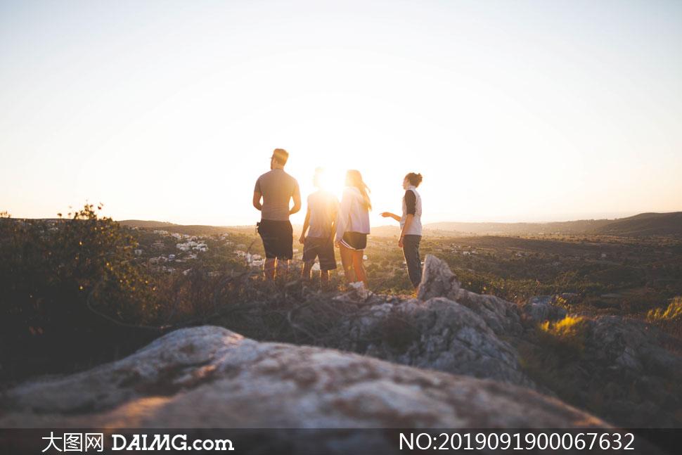 阳光下户外旅行的游客摄影图片