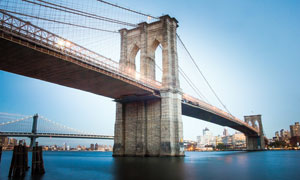蓝天下的布鲁克林大桥美景摄影图片