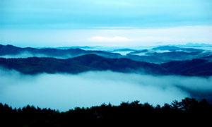 云雾缭绕的山峰美景摄影图片