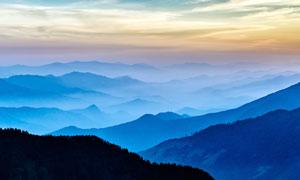 清晨云雾缭绕的山顶美景摄影图片