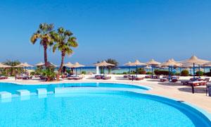 海边度假村和游泳池摄影图片