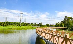 公园中美丽的河流和木桥摄影图片
