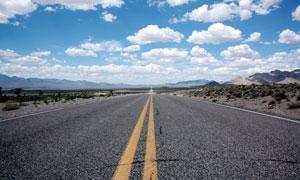 野外通向远方的公路高清摄影图片