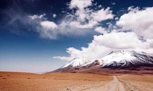 雪山脚下的土路高清摄影图片