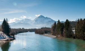 蓝天下的山林和河流高清摄影图片