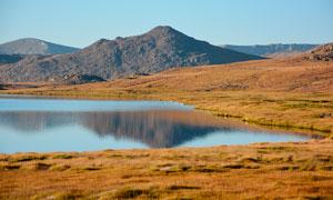 秋季高原上的湖泊美景摄影图片