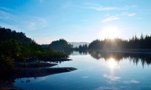 阳光下的湖泊美景高清摄影图片