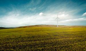 草原上的风力发电机摄影图片
