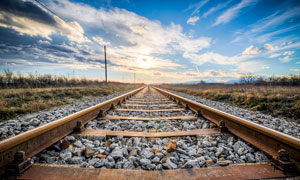 夕阳下的铁路轨道高清摄影图片