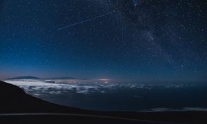 星空下的山间云海景观摄影图片