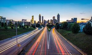 夜幕下的城市道路光影摄影图片