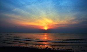 夕阳下的海边美丽景观摄影图片