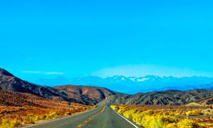 蓝天下高原上的道路景观摄影图片