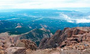 山顶俯视山下美丽景观摄影图片