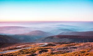 清晨山顶美丽的云雾和远山摄影图片