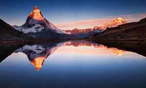 清晨山中美丽的湖泊倒影摄影图片