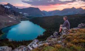做在山顶思考人生的游客摄影图片