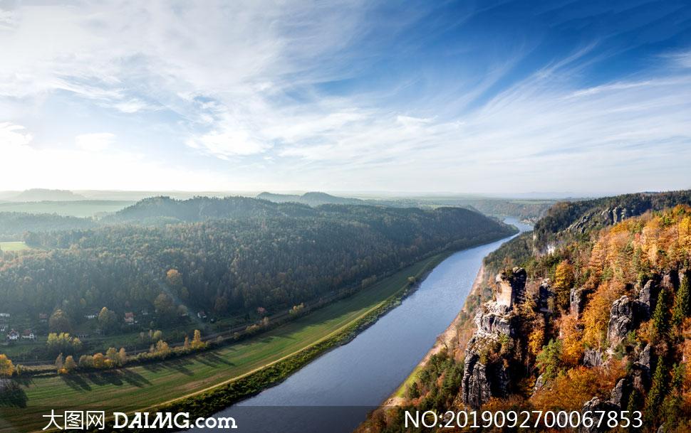蓝天下美丽的山林和河流摄影图片