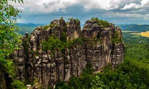 绿色植被围绕的石化山川地貌摄影图片